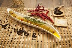 Grüne Oliven mit Olivenöl Lizenzfreie Stockfotos