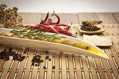 Grüne Oliven mit Olivenöl Lizenzfreies Stockbild