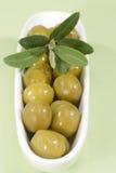 Grüne Oliven mit Zweig Lizenzfreies Stockfoto