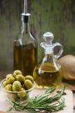 Grüne Oliven und Flaschen von Olive Oil Lizenzfreie Stockfotos