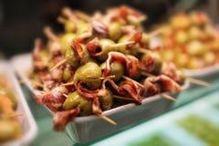 Grüne Oliven und Schinken Stockfotos