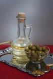 Grüne Oliven und Schmieröl Lizenzfreie Stockfotografie