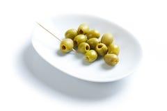 Grüne Oliven und Toothpick lizenzfreie stockbilder