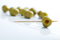 Grüne Oliven und Toothpick stockfoto