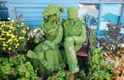 Grüne Paare auf einer Bank Stockfoto