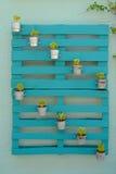 Grüne Paletten auf Wand Stockfotografie