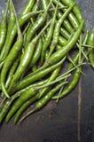 Grüne Paprikas auf dunklem Hintergrund Stockfoto