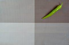 grüne Paprikas auf einem rechteckigen Hintergrund des Graus, des Brauns und des spanischen Pfeffers auf einem rechteckigen Hinter Stockbilder