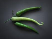 Grüne Paprikas auf Grau Stockfotografie