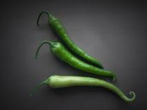 Grüne Paprikas auf Grau Lizenzfreie Stockfotos