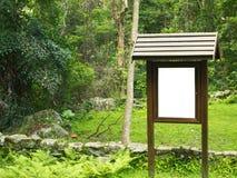 Grüne Park-Leerzeichen-Anschlagtafel Stockbild