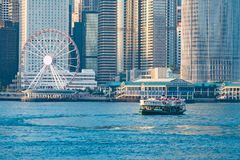 Grüne Passagier Fähre in Victoria-Hafen mit Stadtbildhintergrund gegen morining Sonnenaufgang, Services zwischen Kowloon und Hong stockbild