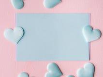 Grüne Pastellkartenherzen auf rosa strukturiertem Hintergrund Lizenzfreies Stockbild