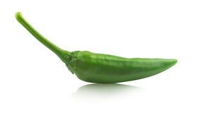 Grüne Peperoni auf Weiß mit Reflexion Stockfotografie