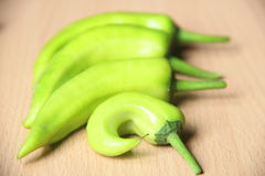 Grüne Peperoni auf hölzerner Tabelle Lizenzfreie Stockfotografie