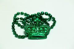 Grüne Perlen mit Krone auf Weiß lizenzfreie stockbilder