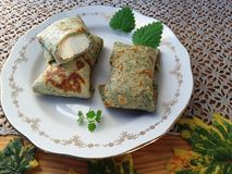 Grüne Pfannkuchen angefüllt mit Hüttenkäse Stockfoto