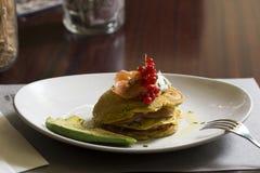 Grüne Pfannkuchen Fische und Avocado stockfoto