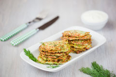 Grüne Pfannkuchen mit Zucchini und Kräutern Lizenzfreie Stockfotos