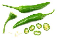 grüne Pfeffer des scharfen Paprikas mit den Scheiben lokalisiert auf Draufsicht des weißen Hintergrundes lizenzfreie stockbilder