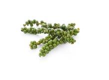 Grüne Pfefferkörner auf Weiß Lizenzfreies Stockbild