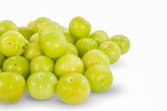 Grüne Pflaumen Superfrucht, Hochenergieantioxidansnahrung, Gesundheitszusatzsaftige grüne Mittelmeerpflaumen lokalisiert auf Weiß lizenzfreie stockbilder