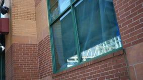 Grüne Plane, die hinter grünem Fenster im Stadtgebiet - Erneuerungskonzept hängt stock footage