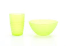 grüne Plastikschüssel und Glas Stockbilder