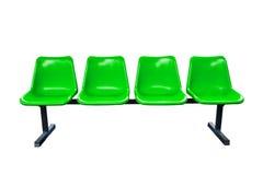 Grüne Plastikstühle an der Bushaltestelle lokalisiert stockbild