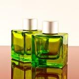 Grüne quadratische Flaschen Stockfotografie