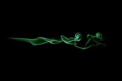 Grüne Rauchwelle lokalisiert auf Schwarzem Stockfotografie