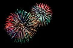 Grüne rote blaue weiße goldene Feuerwerke Lizenzfreie Stockfotografie