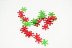 Grüne rote Schneeflocken-Verschönerungen Stockfotos