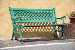 Grüne rustikale Bank Lizenzfreie Stockfotos