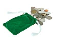 Grüne Samttasche mit Münzen lizenzfreie stockfotos