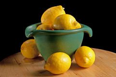Grüne Schüssel mit Zitronen Stockbilder