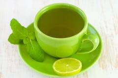 Grüne Schale mit Tee Stockfoto
