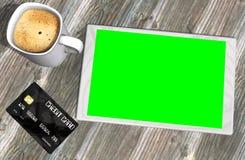Grüne Schirmtablet-pc-Kreditkarte und -Tasse Kaffee Lizenzfreie Stockfotografie