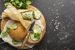 Grüne selbst gemachte Butter von den Produkten der biologischen Landwirtschaft basiert auf Saisonkräutern, Petersilie, Koriander, Lizenzfreies Stockbild