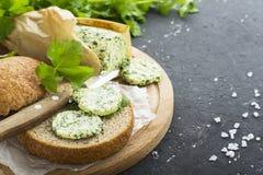 Grüne selbst gemachte Butter von den Produkten der biologischen Landwirtschaft basiert auf Saisonkräutern, Petersilie, Koriander, Stockbilder