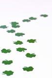 Grüne Shamrocks auf einem weißen Hintergrund lizenzfreie stockfotografie