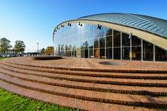 Grüne Shell-Struktur und Glas Windows auf Ziegelstein-Plattform Stockfotos