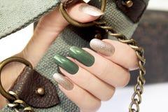 Grüne silberne Maniküre stockfotos