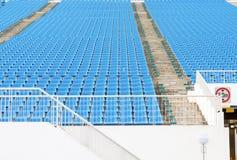Grüne Sitze des Stadions Stockfotos