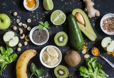Grüne Smoothiebestandteile Kochen von gesunden Detox Smoothies Auf einem dunklen Hintergrund lizenzfreie stockfotografie