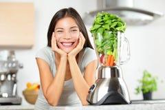 Grüne Smoothiefrau, die Gemüsesmoothies macht Stockfoto