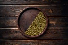 Grüne Sojabohnen auf hölzernem Hintergrund, biologische Landwirtschaft Lizenzfreies Stockbild
