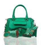 Grüne Sommerschuhe und -handtasche über Weiß Lizenzfreie Stockfotos