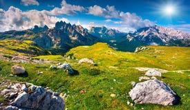 Grüne Sommerszene im Nationalpark Tre Cime di Lavaredo Stockfoto