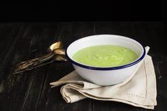 Grüne Spinats- und Erbsensuppe Stockfotografie
